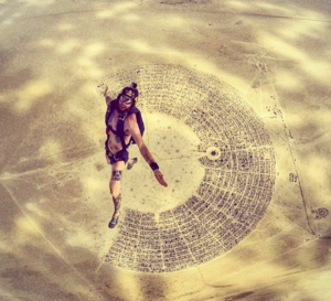 Burning man en paracaidas